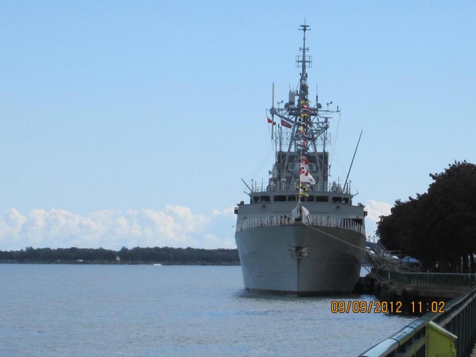 HMCS Ville de Quebec bow